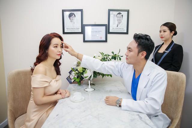 Trực tiếp Viện trưởng Hàn Quốc tư vấn trẻ hóa làn da bằng phương pháp căng chỉ cho nữ diễn viên