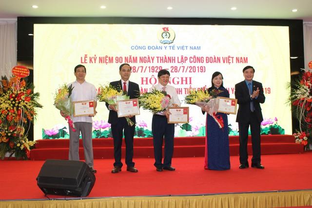 Chủ tịch Tổng Liên đoàn Lao động Việt Nam Bùi Văn Cường trao kỷ niệm chương vì sự nghiệp công đoàn cho Bộ trưởng và lãnh đạo Bộ Y tế. Ảnh: Lê Hảo