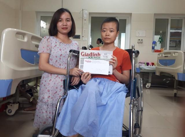 PV Phương Thuận - đại diện chương trình Vòng tay nhân ái trao số tiền 3.305.000 đồng qua tài khoản cho Thắm