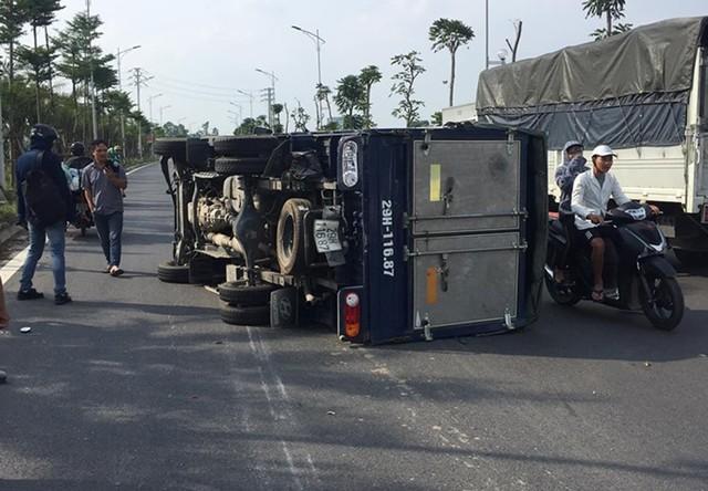 Chiếc xe tải bị lật nghiêng sau vụ va chạm.