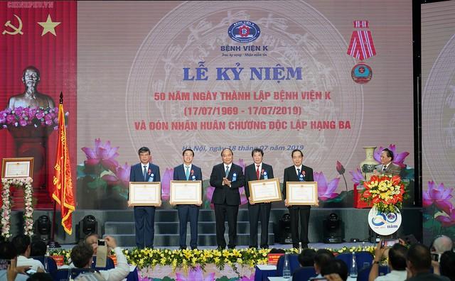 Thủ tướng Nguyễn Xuân Phúc trao Huân chương Độc lập hạng Ba cho Bệnh viện K. Ảnh: VGP