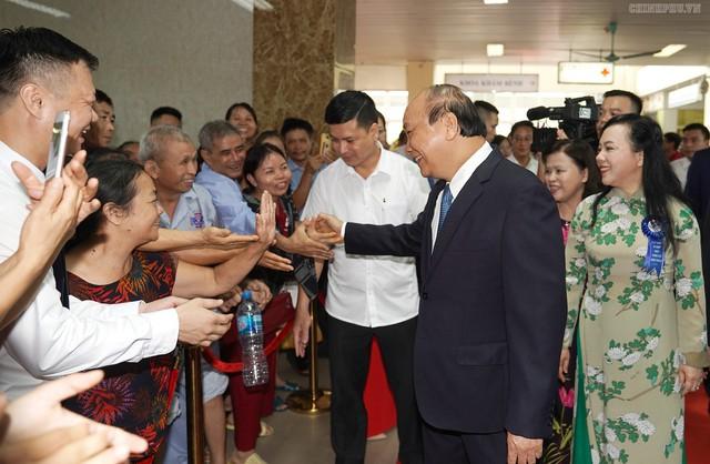 Thủ tướng chào hỏi các bệnh nhân và người nhà bệnh nhân đang điều trị tại Bệnh viện K. Ảnh: VGP