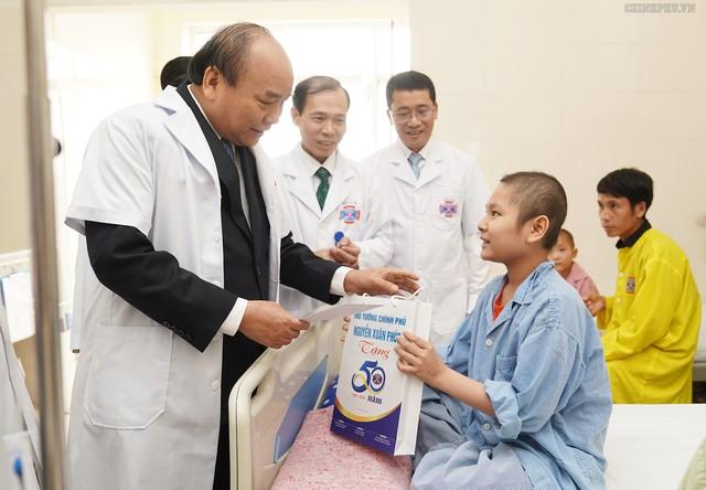Trước khi vào buổi lễ kỷ niệm, Thủ tướng đã tới thăm các bệnh nhi u bướu tại Bệnh viện K cơ sở Tân Triều. Ảnh: VGP