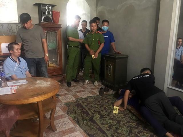 Căn nhà của vợ chồng Bùi Văn Công và Bùi Thị Kim Thu (2 trong số 9 bị can) ở xã Thanh Nưa, huyện Điện Biên là hiện trường chính. Nơi đây, tội ác của nhóm bị can diễn suốt nhiều ngày nhưng hàng xóm cũng như chính quyền địa phương không phát hiện ra.
