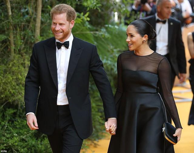 Vợ chồng Hoàng tử Harry - Meghan Markle đang chống lại cả thế giới.