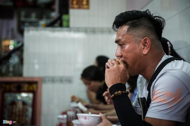 Anh Mai Anh Tuấn (ngụ quận 1) cho hay anh đã là khách hàng quen thuộc tại quán được mười mấy năm nay, từ lúc quán còn ở đường Nguyễn Văn Giai (quận 1), trước khi được dời sang địa điểm này.