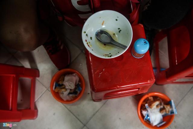 Điều làm nên sự đặc biệt của tô bánh canh tại đây chính là phần nước dùng ngọt thanh. Nhiều người ăn ở đây thường húp hết nước dùng. Tôi cũng vậy!, anh Tuấn chia sẻ.