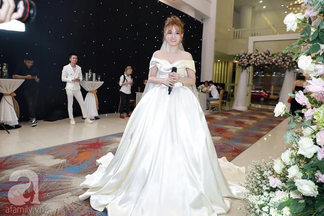 Thu Thủy diện váy cưới trắng tinh khiết