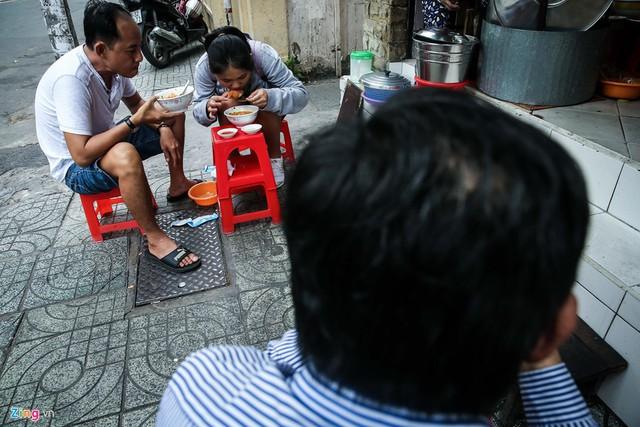 Khách hàng đến quán ngồi tràn cả ra lề đường, trên những chiếc ghế nhựa để thưởng thức bánh canh. Có khách là người lao động chân tay, nhưng cũng không ít nhân viên văn phòng hoặc chủ doanh nghiệp.
