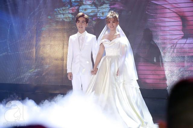 Thu Thủy và Kin Nguyễn nắm chặt tay nhau trên sân khấu