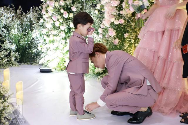 Chú rể Kin Nguyễn ân cần chăm sóc con trai riêng của vợ