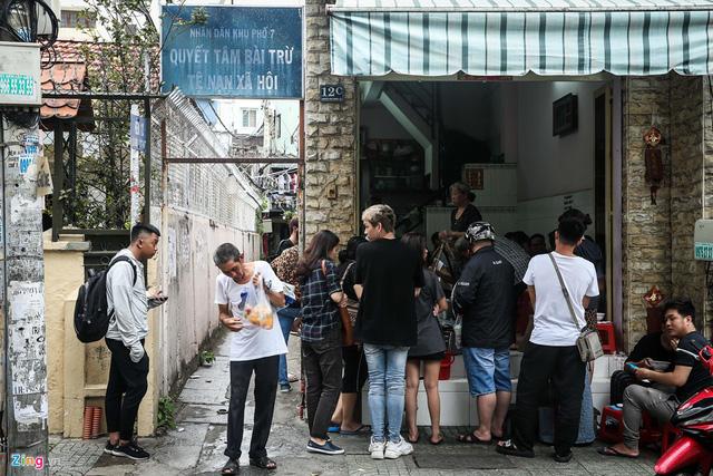Ngày nào cũng vậy, quán chỉ mở bán đúng một giờ, trong khoảng 15-16h. Thế nhưng, ngay từ 14h30 đã có khách hàng đến xếp hàng để chờ quán mở cửa. Khung cảnh tấp nập xếp hàng chờ vào ăn hoặc mua mang về này kéo dài trong suốt một giờ quán hoạt động.