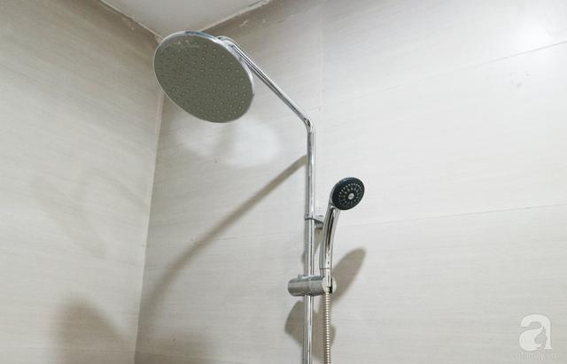 Phòng tắm được thiết kế giản dị.