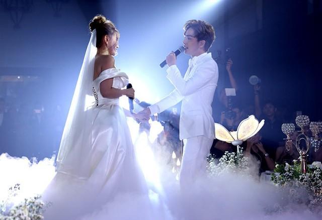 Cô dâu - chú rể song ca Cưới nhau đi trước khi thực hiện các nghi thức quen thuộc của tiệc cưới.