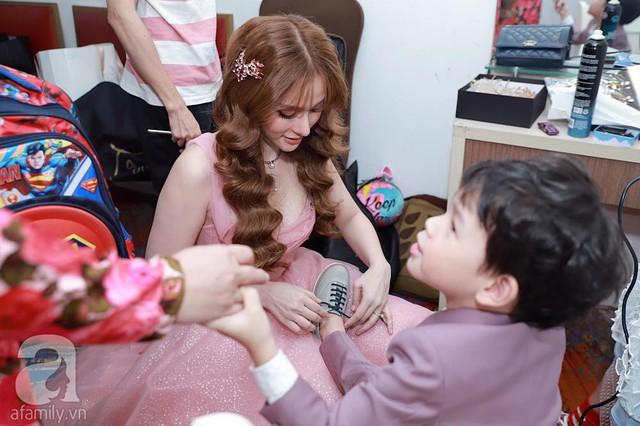 Trước giờ G, cô dâu Thu Thủy chăm sóc cậu con trai nhỏ
