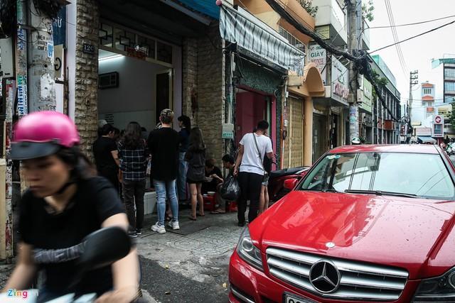 Có không ít khách hàng đi ôtô sang tìm đến quán để thưởng thức món bánh canh tại đây. Tuy nhiên, họ chỉ có thể mua mang về chứ không thể ngồi ăn tại chỗ vì quán không có chỗ đỗ ôtô, trong khi đường Nguyễn Phi Khanh rất hẹp.