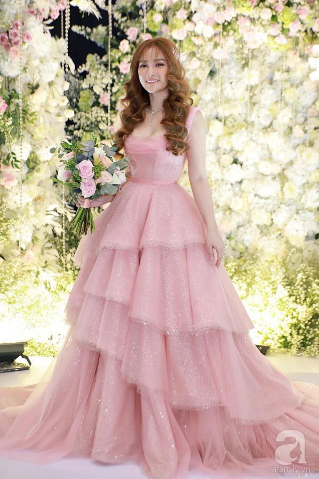 Thu Thủy xuất hiện trong chiếc váy cưới sang trọng với tone chủ đạo màu hồng