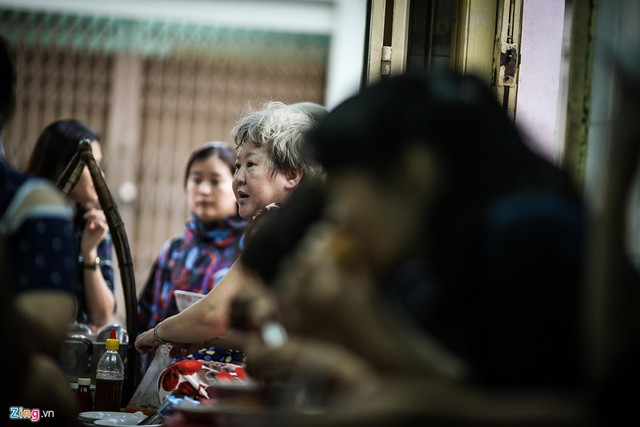 Trong không khí tấp nập của quán, người ăn vừa xuýt xoa thưởng thức tô bánh canh nóng hổi. Người bán cũng mệt lả do lượng khách hàng đông, phải hoạt động liên tục.