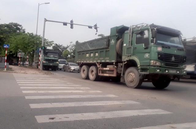 """Hà Nội: Xe tải tiếp tục """"uy hiếp"""" đê sông Hồng - Ảnh 1."""
