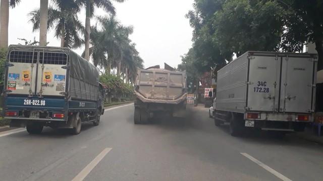 """Hà Nội: Xe tải tiếp tục """"uy hiếp"""" đê sông Hồng - Ảnh 2."""