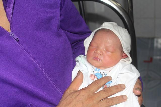 Hiện tại, cháu nhỏ đang được chính quyền thị trấn Thanh Miện giao cho người phát hiện tạm thời nuôi dưỡng, chăm sóc. Ảnh: Đ.Tùy