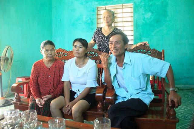Người phụ nữ nghẹn ngào khi gặp lại người thân sau 24 năm bị lưu lạc - Ảnh 1.
