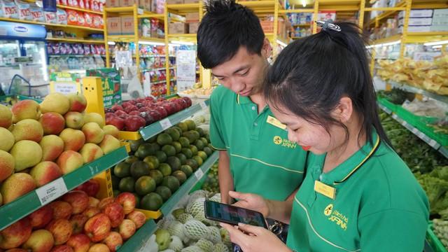 Anh Minh Tuấn - nhân viên mới xem lại bài học trên phần mềm trước khi thực hành