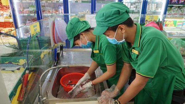 Chị Hồng Yến - Trưởng ca tại Bách hóa Xanh (Hoàng Diệu 2, Thủ Đức) hướng dẫn nhân viên mới sơ chế cá