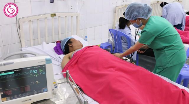 Báo động đỏ toàn bệnh viện cấp cứu sản phụ 100 kg bị tiền sản giật nặng và suy thai cấp - Ảnh 1.