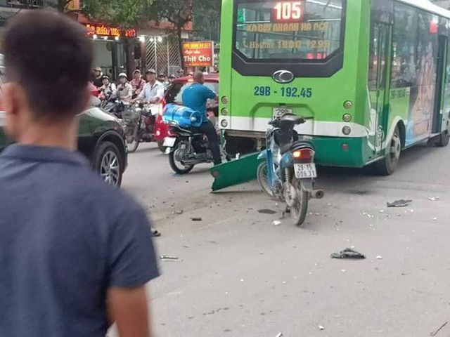 Chiếc xe buýt và xe máy bị ô tô con hiệu Mazda đâm trúng