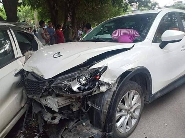 Phần đầu chiếc xe Mazda bị biến dạng sau khi đâm hàng loạt các phương tiện