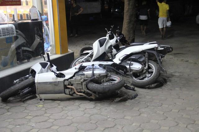 Chiếc xe máy bị đâm đổ trên vỉa hè