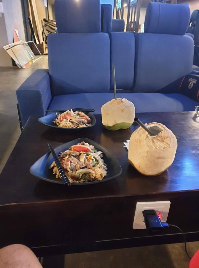 Món ăn và ghế nghỉ tại Viking Hà Đông phục vụ game thủ chơi đêm.