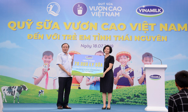 Sữa vươn cao Việt Nam và Vinamilk trao tặng 70.000 ly sữa cho trẻ em tỉnh Thái Nguyên - Ảnh 3.