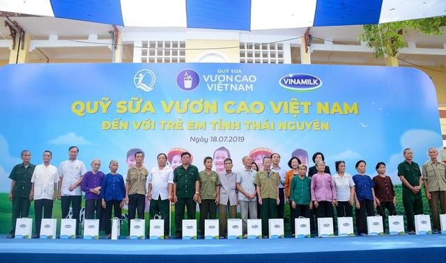 Sữa vươn cao Việt Nam và Vinamilk trao tặng 70.000 ly sữa cho trẻ em tỉnh Thái Nguyên - Ảnh 1.