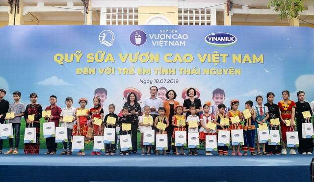 Sữa vươn cao Việt Nam và Vinamilk trao tặng 70.000 ly sữa cho trẻ em tỉnh Thái Nguyên - Ảnh 2.