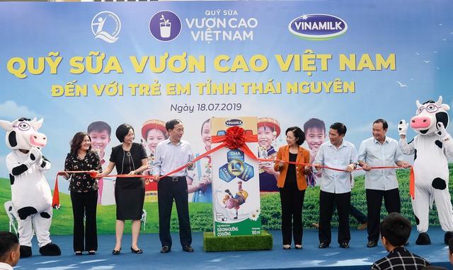 Sữa vươn cao Việt Nam và Vinamilk trao tặng 70.000 ly sữa cho trẻ em tỉnh Thái Nguyên - Ảnh 5.