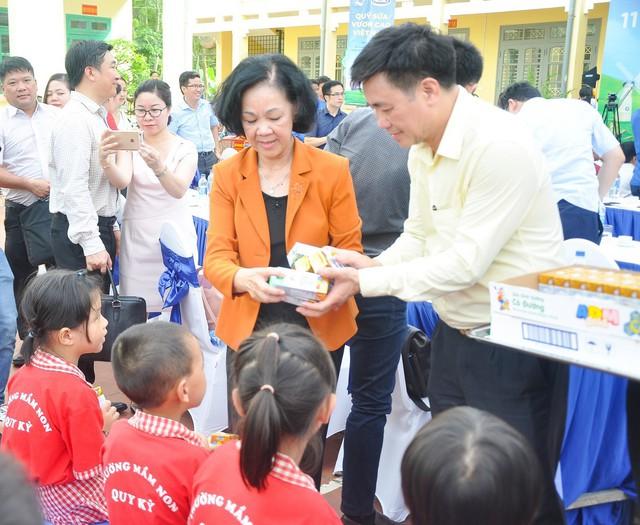 Sữa vươn cao Việt Nam và Vinamilk trao tặng 70.000 ly sữa cho trẻ em tỉnh Thái Nguyên - Ảnh 6.