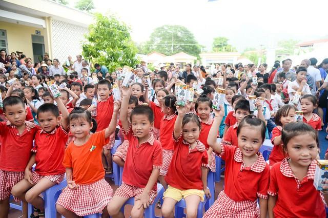 Sữa vươn cao Việt Nam và Vinamilk trao tặng 70.000 ly sữa cho trẻ em tỉnh Thái Nguyên - Ảnh 8.