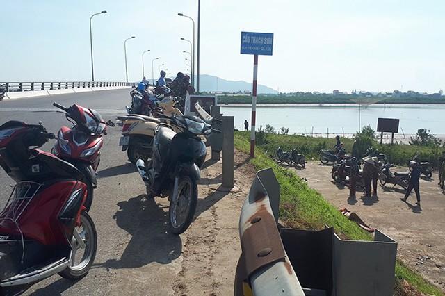 Người dân tập trung trên cầu Thạch Sơn sáng 20/7 để theo dõi vụ việc. Ảnh: Hùng Lê.