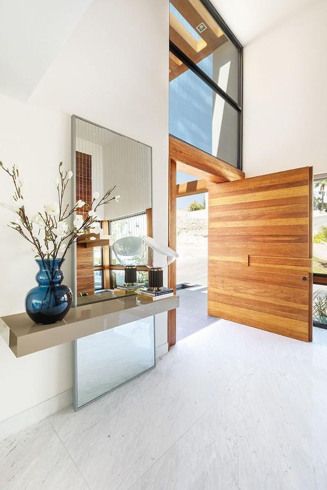 Cửa ra vào bằng gỗ mang đến vẻ sang trọng từ ngay bên ngoài nhà.