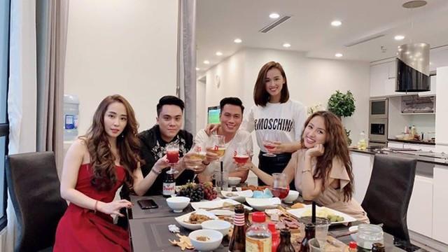 Quỳnh Nga, Việt Anh và nhóm bạn thân thường xuyên tụ họp.