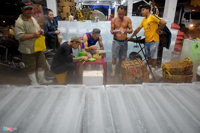 Với khoảng chục ki-ốt và hàng trăm nhân công, nơi đây cung cấp cho các cửa hàng thủy, hải sản hàng nghìn cây đá lạnh mỗi đêm.