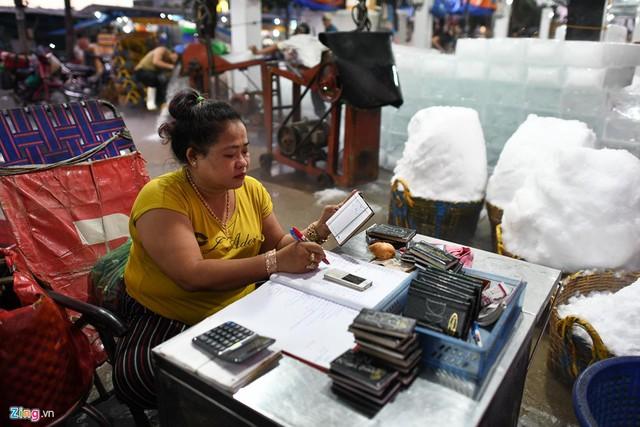 Chị Ngọc Diệp (chủ một ki-ốt đá) buôn bán ở chợ Bình Điền được 16 năm cho biết trung bình mỗi ngày cửa hàng của chị bán được từ 600-700 cây đá, cao điểm bán được 1.000 cây. Giá bán mỗi cây đá 32.000 đồng.