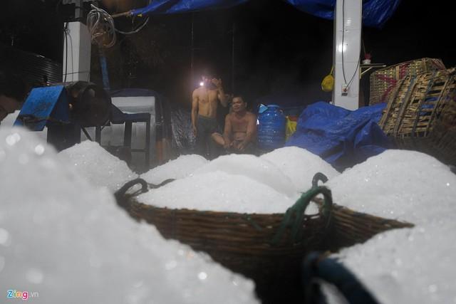 2 người đứng máy có thể bào được hàng nghìn sọt đá mỗi đêm.