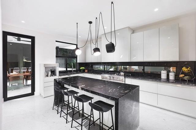 Đảo bếp và bệ bếp được sử dụng chất liệu đá sang trọng.