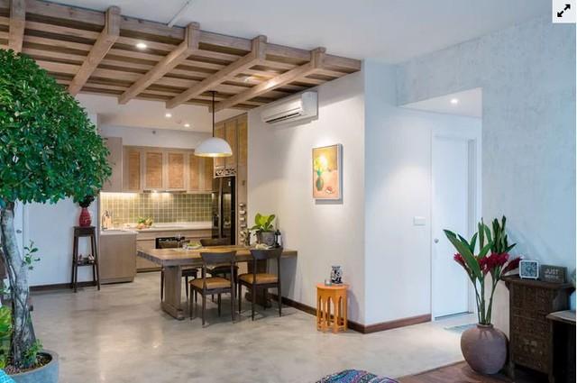 Nhờ chiều cao của căn hộ được gia tăng, phần trần khu ăn uống được trang trí bằng một dầm xà gỗ. Đây cũng là nơi giấu hệ thống điện và ống máy lạnh, ống nước nóng của căn hộ, khi cần sửa chữa có thể dễ dàng mở trần gỗ ra rồi lắp lại.