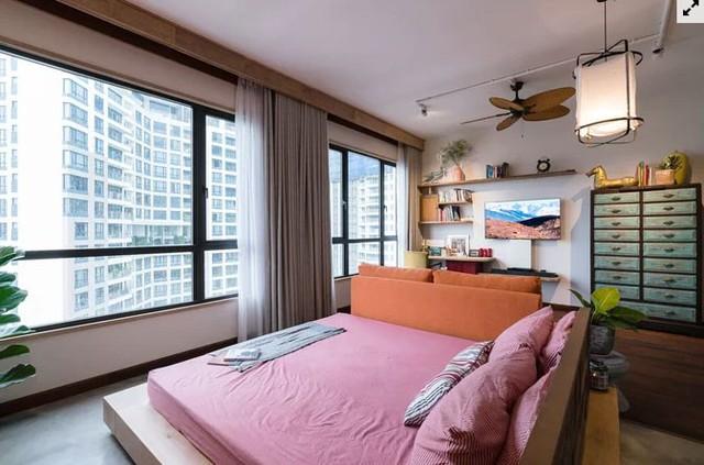Căn hộ ban đầu có 3 phòng ngủ, sau cải tạo chỉ còn hai, giúp phòng ngủ chính rộng hơn nhiều.