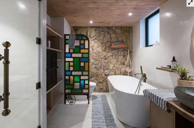 Phòng tắm đủ rộng để có thể đặt bồn tắm nằm, tăng cảm giác thư giãn cho người sử dụng.