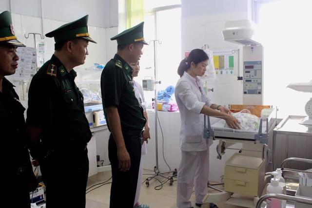 Sau khi bắt giữ các đối tượng, cháu bé được chuyển đến chăm sóc tại cơ sở y tế. Ảnh: V.Thu